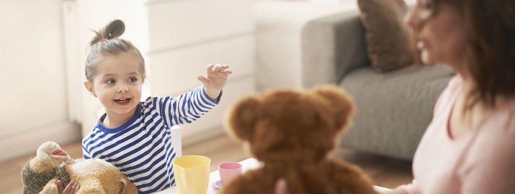 enfant avec sa maman jouant avec des peluches